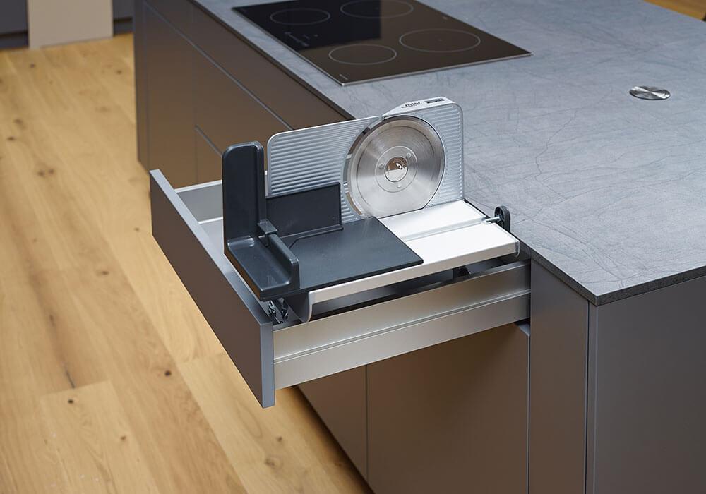 Bild zeigt modernen Küchenauszug mit versenkbarer Brotschneidemaschine