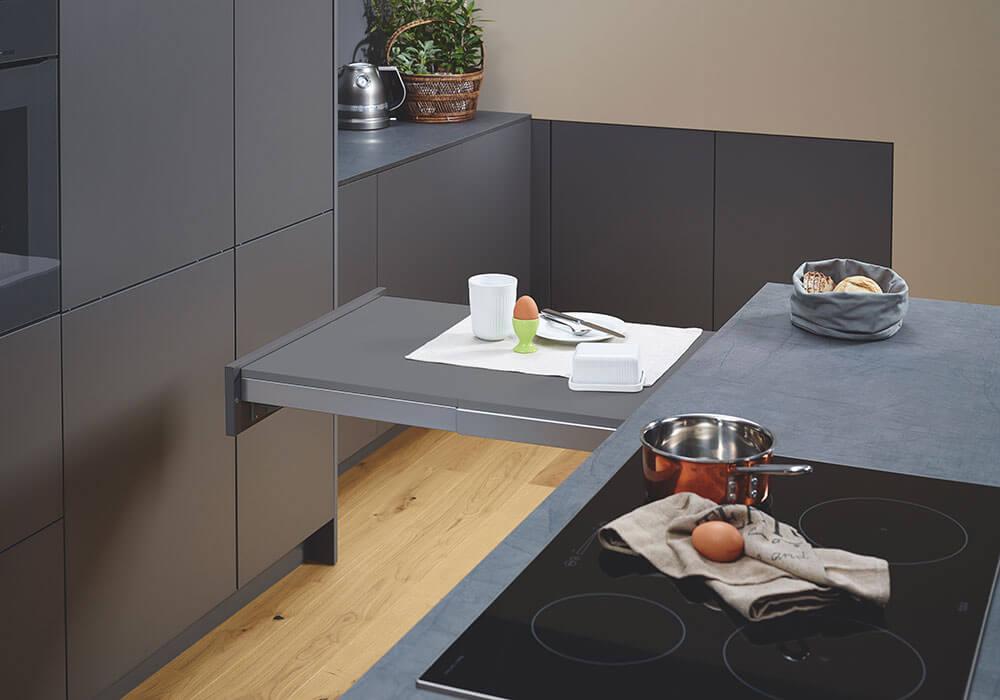 Bild zeigt modernen Küchenauszug mit Tisch in Reserve
