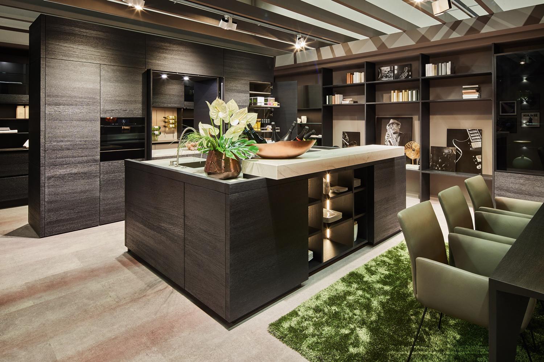 Bild: Küche mit dunklen Hölzern