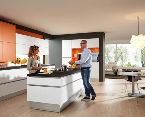 Küchenauswahl: Paar im Gespräch in der Küche SAMIRA / SENTA