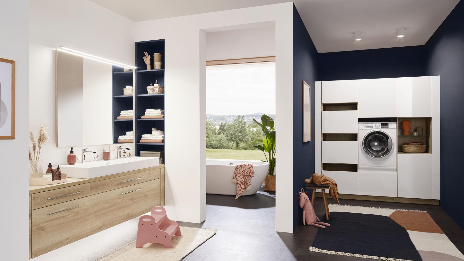 Bad: Bild zeigt Badezimmer mit integrierter Hauswirtschaftsecke