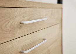 Bad: Bild mit Close-up auf einen Holzschrank